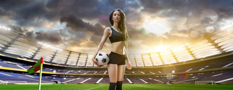 サッカーボールと女性」