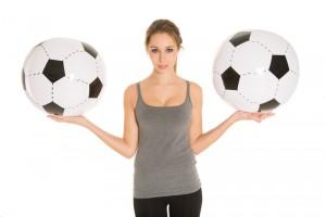 ボールを持つ女性